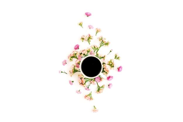 コーヒーカップと野花と花の組成