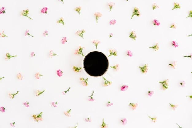 コーヒーカップと花の野生の花のパターン