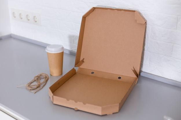흰색 바탕에 커피 컵과 피자 상자