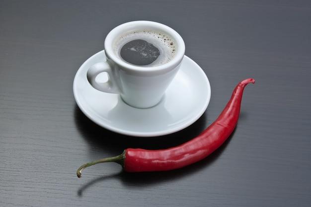 コーヒーカップと赤唐辛子