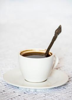 흰색 테이블에 커피 컵과 접시입니다.