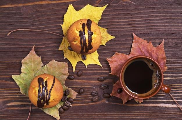 コーヒーカップとチョコレートと2つのカップケーキ
