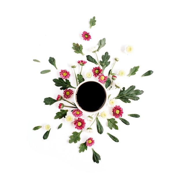 白い表面のコーヒーカップと野花の組成