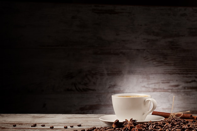 グランジウッドの上のコーヒーカップアニスシナモン
