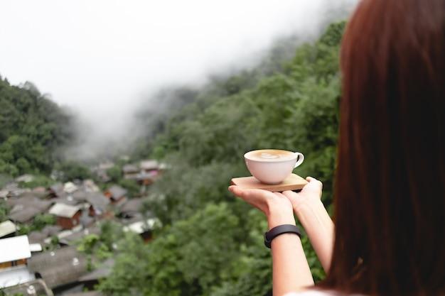 매 캄퐁, 치앙마이, 태국에서 깊은 계곡에있는 작은 마을에서 커피 컵.