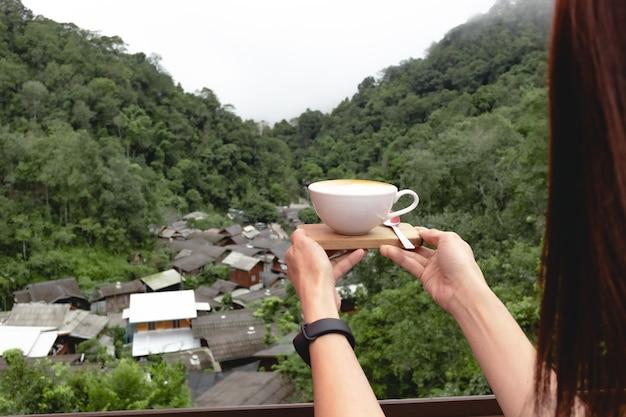 계곡, 매 캄퐁, 치앙마이, 태국의 작은 마을에서 커피 컵.