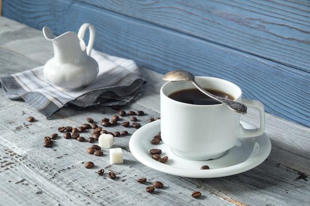 블루 보드의 배경에 커피 컵, bes 및 주전자