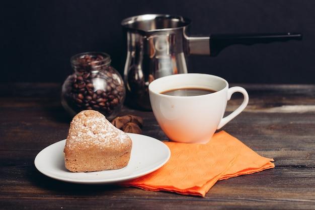 コーヒーカップクッキーデザート朝食木製テーブルスイーツ。高品質の写真