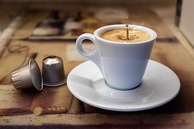 淹れたてのエスプレッソコーヒーが入ったコーヒーカップ