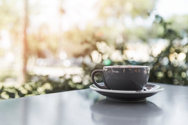 Coffee cup on grey table in caf�