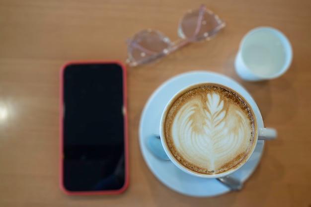 Кофейная чашка горячего латте на деревянном столе, stock photo