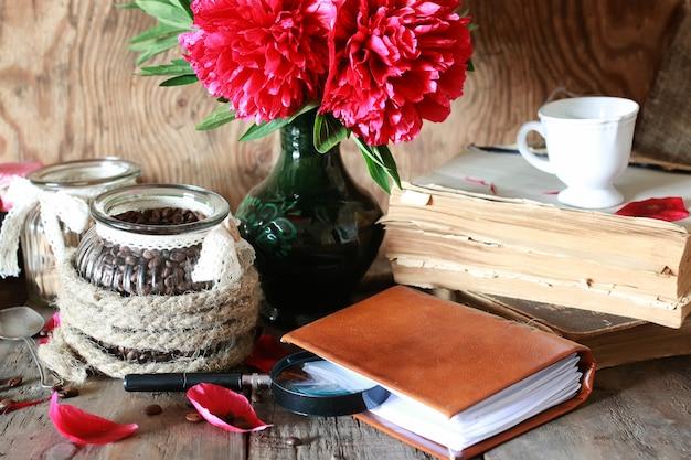 커피 컵 오래된 책 꽃