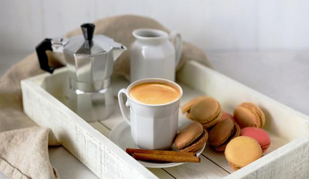Чашка кофе на белом деревянном подносе