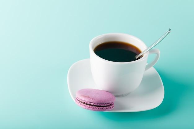 Кофейная чашка на аква фоне с местом для надписи