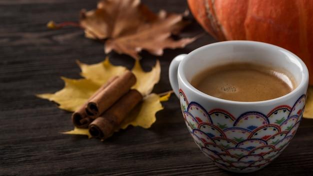 Чашка кофе на осенних листьях. место для текста