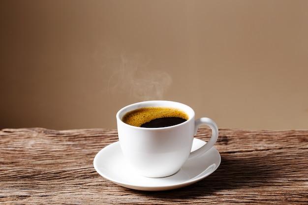 크림과 함께 오래 된 나무 테이블에 커피 컵