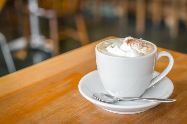 카페에서 테이블에 커피 컵