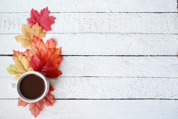 가을 단풍에 커피 컵과 흰색 나무 표면 배경, 복사 공간