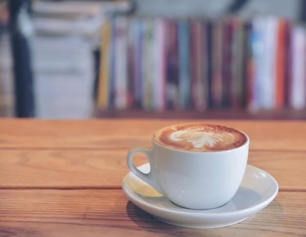 コーヒーショップのテーブルの上のコーヒーカップ