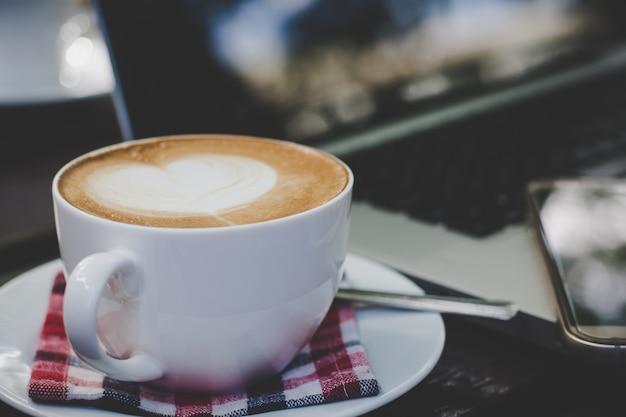 아침에 테이블에 커피 컵