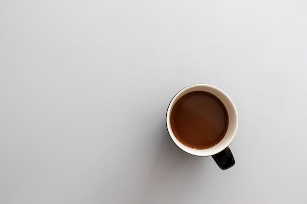 白いテーブルにコーヒーカップ。上面図
