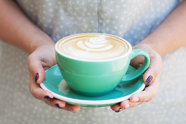 여자 손에 커피 컵입니다. capuchino 잔을 들고 아름 다운 여자