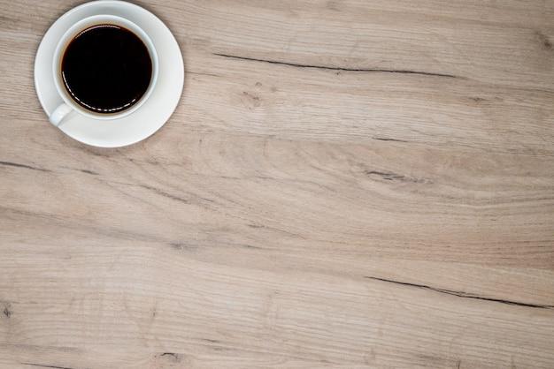 木の板にコーヒーカップ