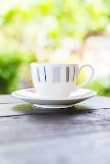 나무 테이블에 커피 컵