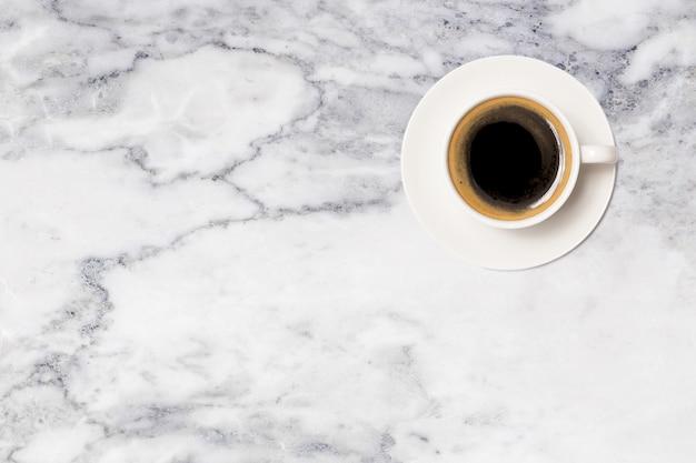 コーヒーカップ、大理石のテーブルの上のコーヒーカップのトップビュー