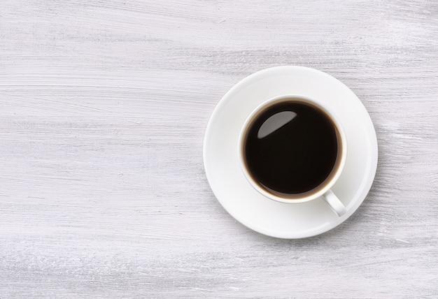 白い木製のテーブルの上のコーヒーカップの上面図