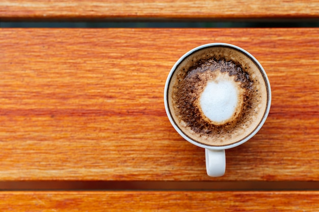 木製のテーブル背景にコーヒーカップのトップビュー