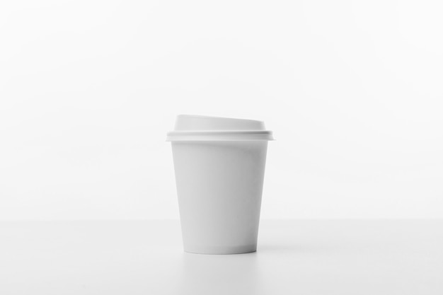 Tazza di caffè su sfondo bianco