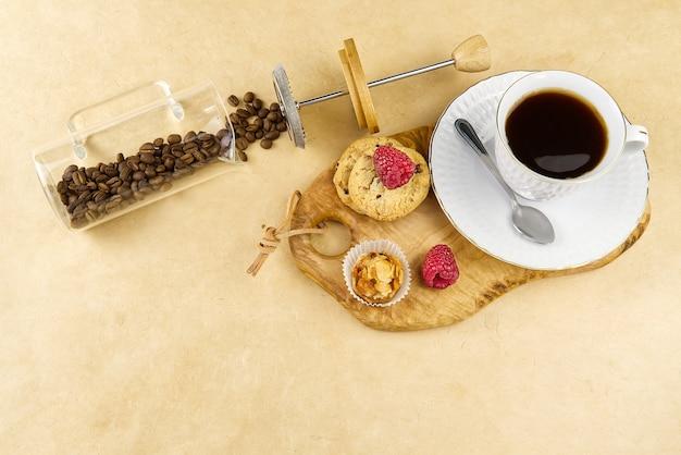 オリーブの木の板に金枠のコーヒーカップ。