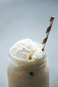 Tazza di caffè con caramello e panna montata