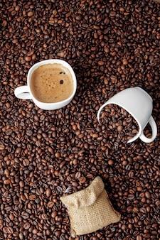 コーヒーの山にコーヒーバッグとコーヒーカップ