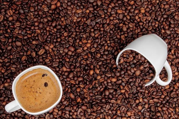 木製のテーブルの上のコーヒーバッグとコーヒーカップ