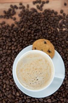 クッキーとコーヒー豆のコーヒーカップ