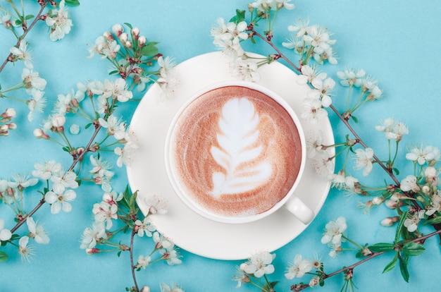 Кофейная чашка с цветами