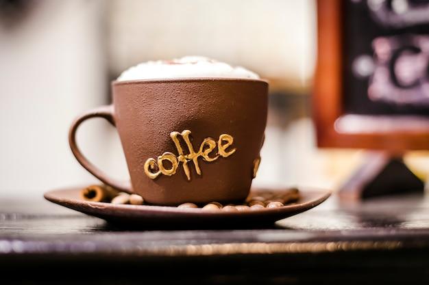 거품을 가진 커피 컵