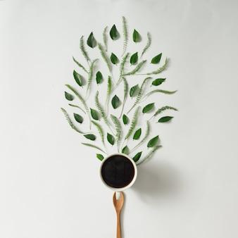 잎과 나무로되는 숟가락과 커피 컵
