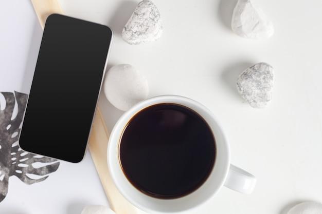 中立的なパターンのコーヒーカップ