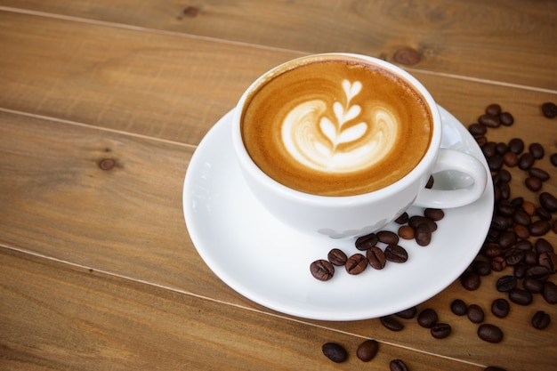 木製テーブルにコーヒーカップ。