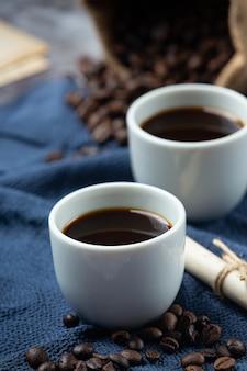 コーヒーカップと豆、国際的なコーヒーの日のコンセプト