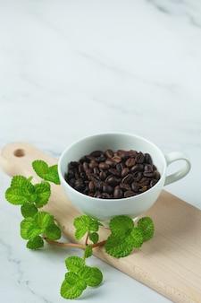 Кофейные чашки и бобы, концепция международного дня кофе