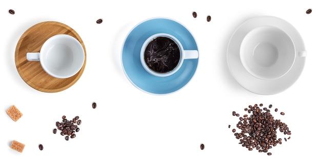 白い背景の上のコーヒーカップとお菓子