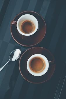 Tazze di caffè su piastre marrone