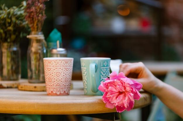屋外カフェのコーヒーカップ
