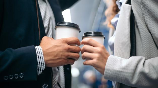 사랑에 빠진 부부의 손에 커피 컵