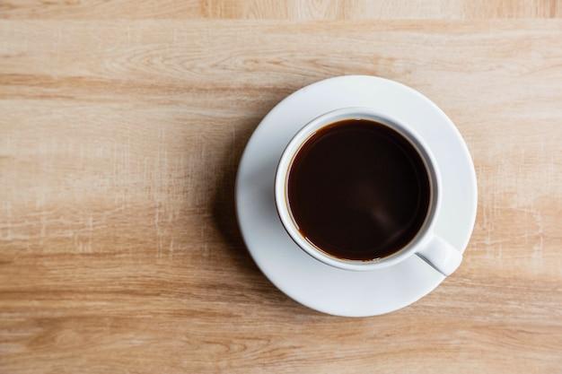 Кофейные чашки на деревянном столе