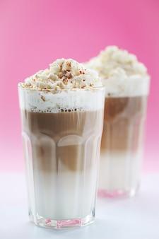 Кофейные чашки с карамелью и взбитыми сливками
